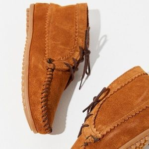 Minnetonka • Moccasins - Brown Suede Ankle Boots